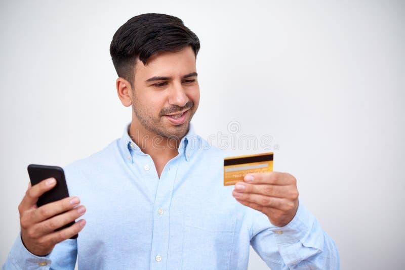 Homem que faz a compra em linha imagem de stock