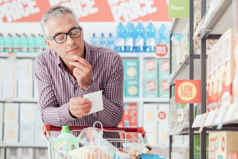 Homem que faz compras na mercearia imagens de stock royalty free