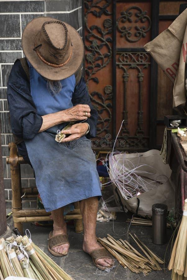Homem que faz a escova de bambu fotografia de stock