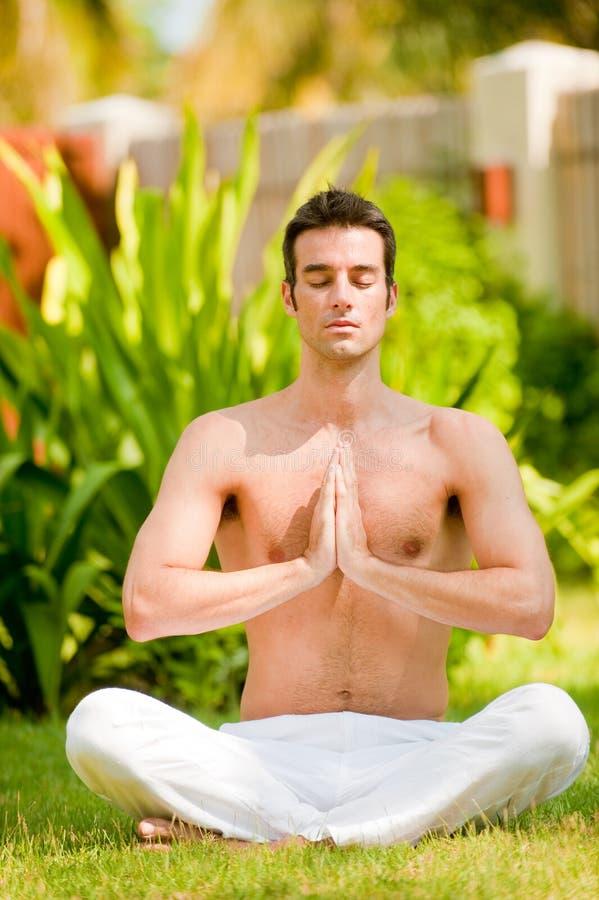 Homem que faz a ioga imagem de stock