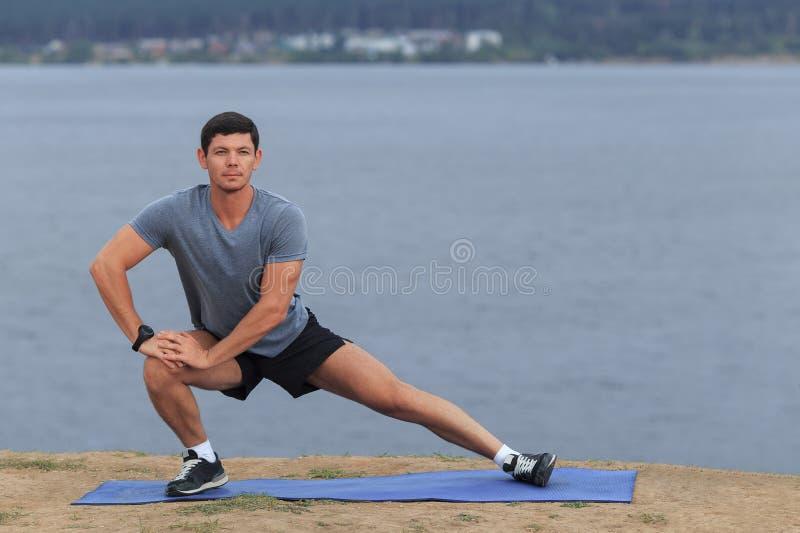 Homem que faz a ioga exterior fotos de stock royalty free