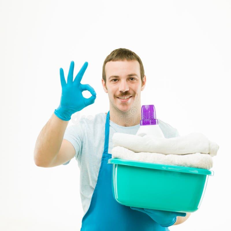 Homem que faz a lavanderia imagens de stock