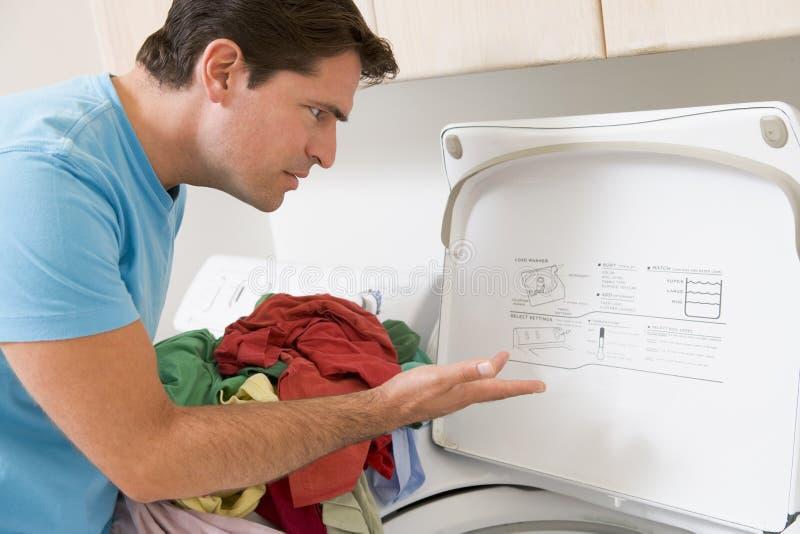 Homem que faz a lavanderia fotos de stock