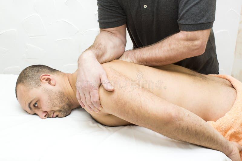 Homem que faz a massagem fotos de stock royalty free