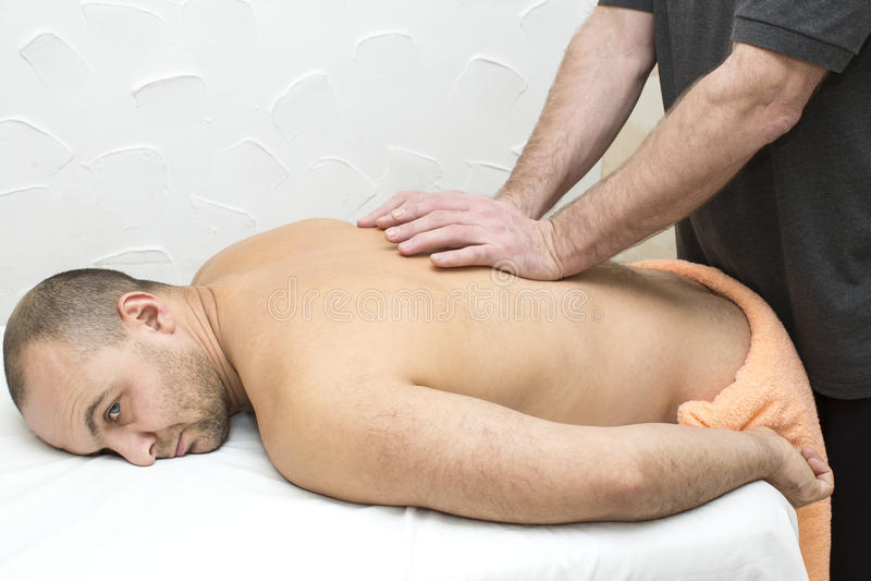 Homem que faz a massagem imagem de stock royalty free