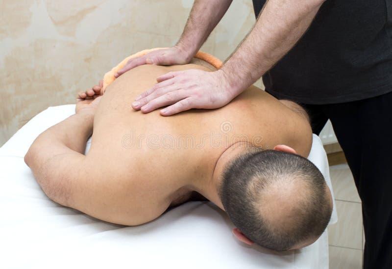 Homem que faz a massagem fotografia de stock royalty free