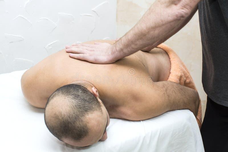 Homem que faz a massagem foto de stock royalty free