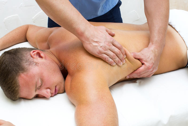 Homem que faz a massagem fotos de stock