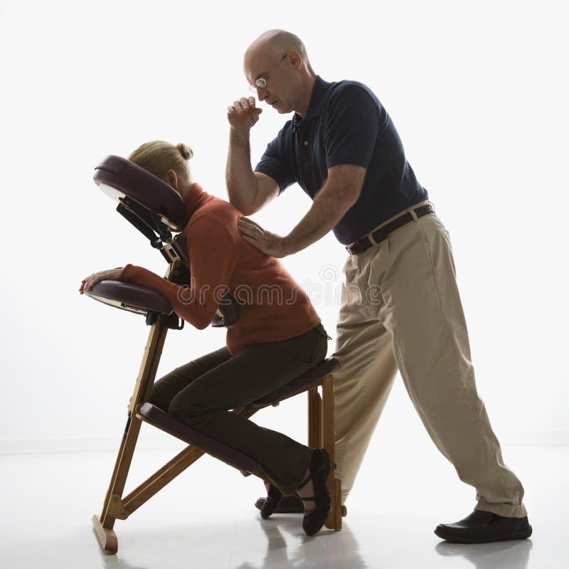 Homem que faz massagens a mulher. fotos de stock royalty free