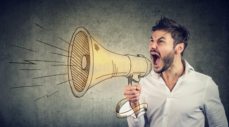 Homem que faz o anúncio no megafone imagem de stock royalty free