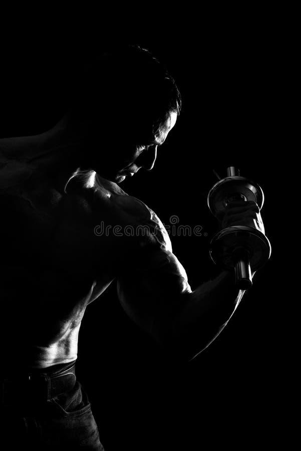 Homem que faz o bíceps fotografia de stock royalty free