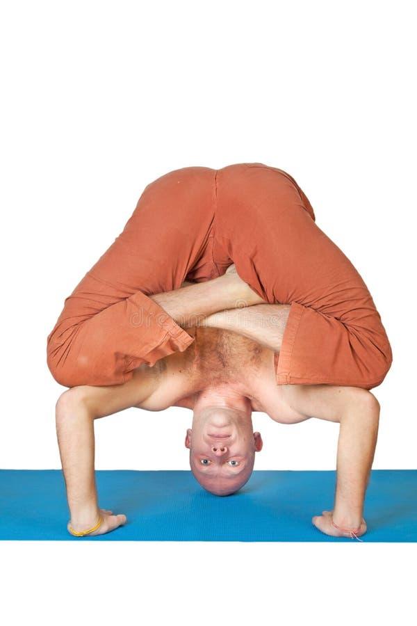 Homem que faz o exercício da ioga isolado no branco imagens de stock