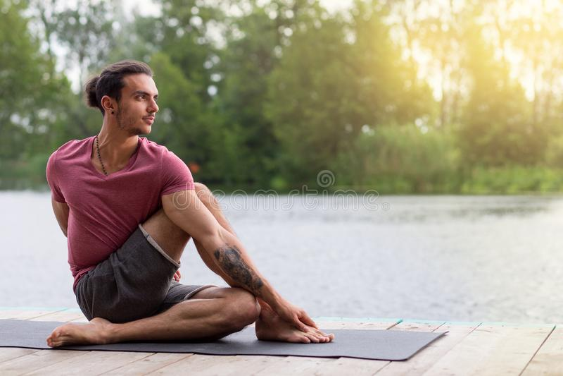 Homem que faz o exercício da ioga na manhã Copie o espa?o fotografia de stock