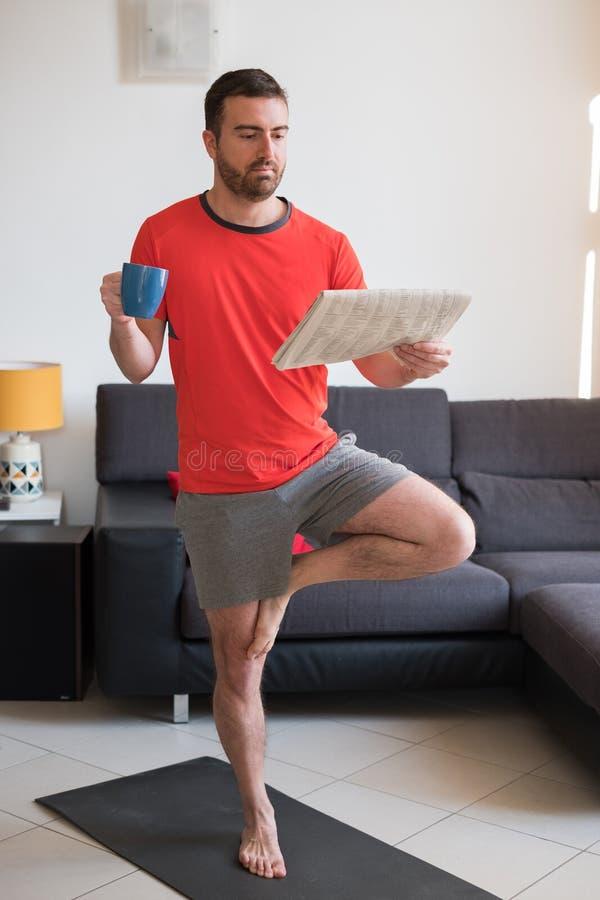 Homem que faz o exercício do corpo e que dá certo em casa fotos de stock