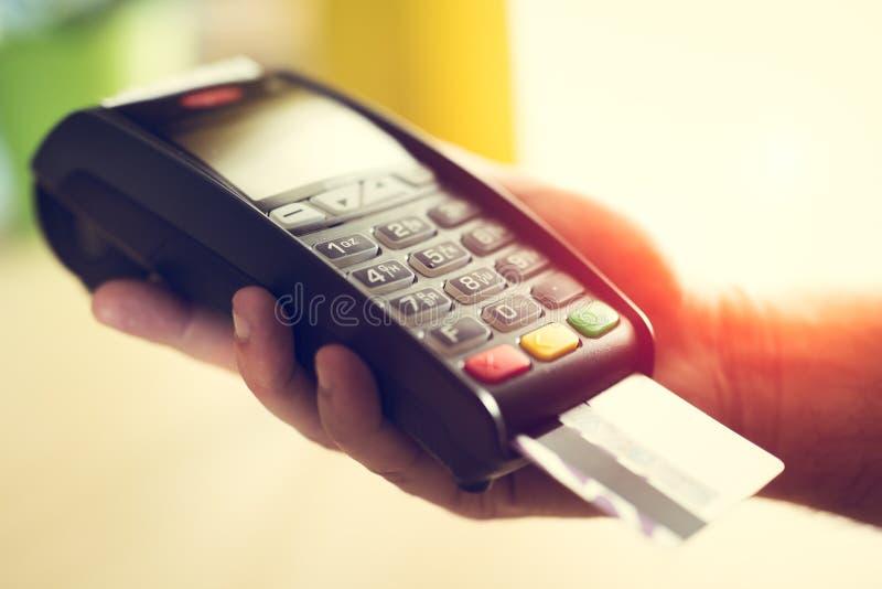 Homem que faz o pagamento com cartão de crédito foto de stock royalty free