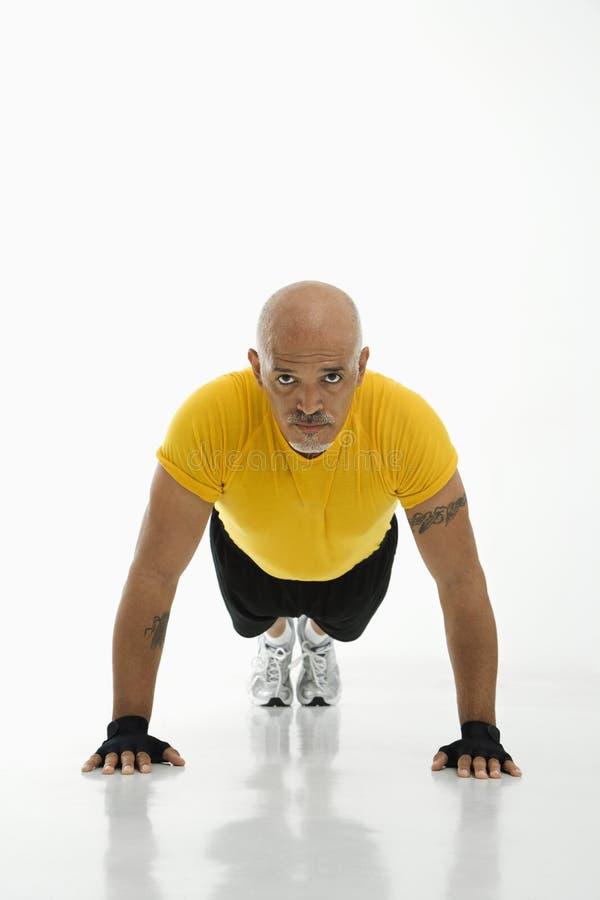 Homem que faz pushups. fotografia de stock royalty free