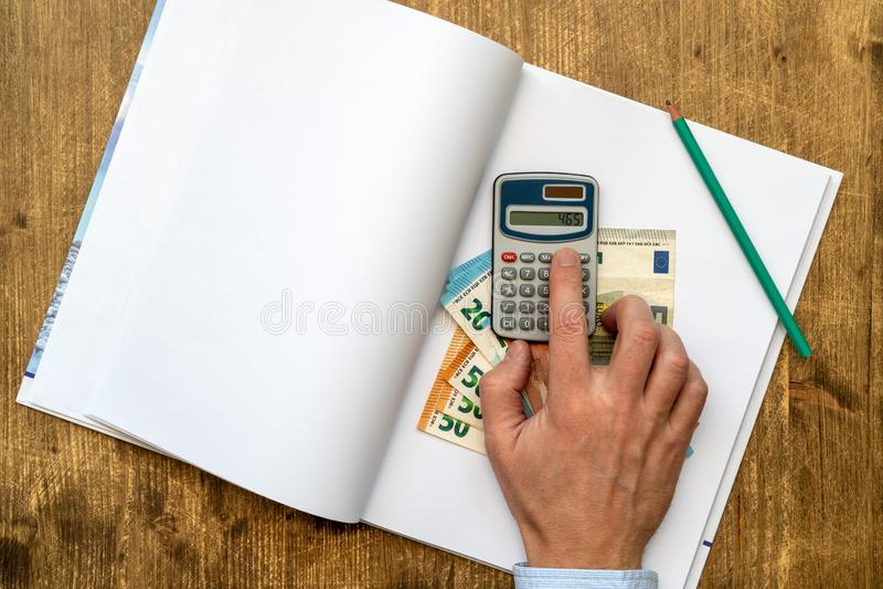 Homem que faz sua contabilidade foto de stock royalty free