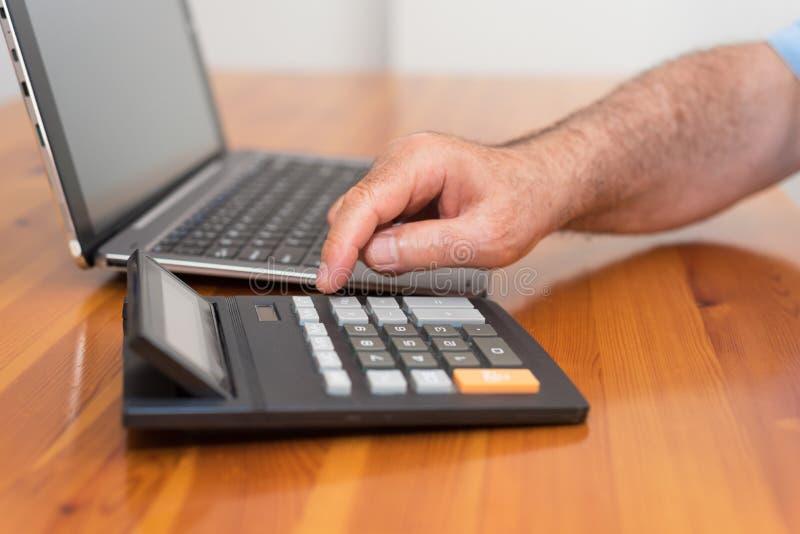 Homem que faz sua contabilidade, conselheiro financeiro fotos de stock royalty free