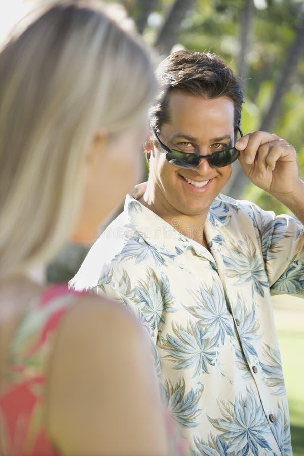 Homem que flerta com mulher. imagens de stock