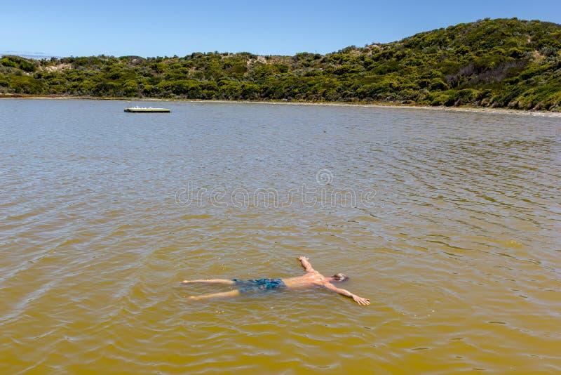 Homem que flutua como mortos em um mar de sal, Sul da Austrália foto de stock royalty free