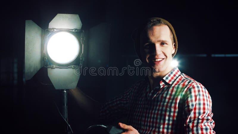 Homem que gira sobre a luz do estúdio fotografia de stock