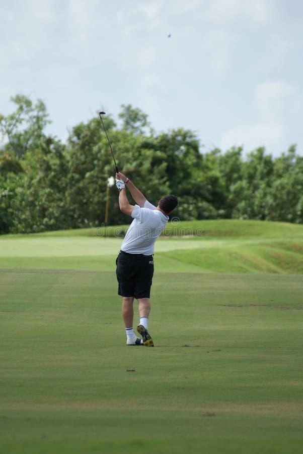 Homem Que Golfing Com Camisa Branca Imagem de Stock