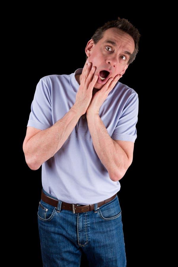 Homem que grita nas mãos do horror à cara foto de stock
