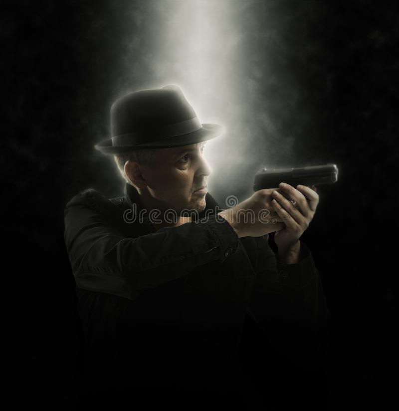 Homem que guarda a arma Foco macio fotografia de stock royalty free
