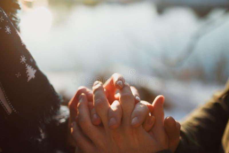 Homem que guarda as mãos da mulher fotos de stock royalty free