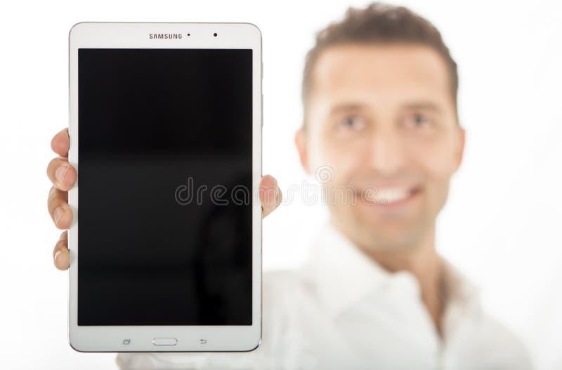 Homem que guarda a galáxia nova Tab Pro 8 de Samsung 4 16GB fotos de stock