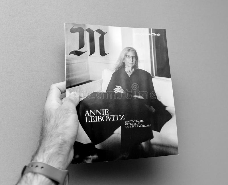 Homem que guarda M Magazine Le Monde com Anne Leibovitz foto de stock royalty free