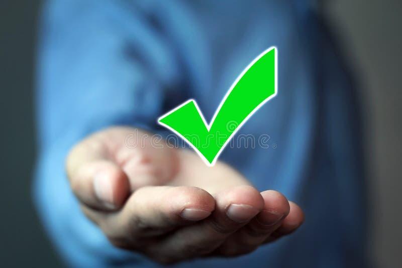 Homem que guarda a marca de verificação verde Hora de votar imagem de stock royalty free
