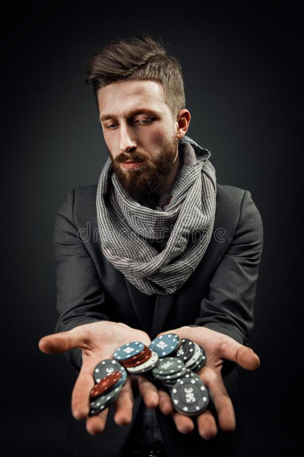 Homem que guarda microplaquetas de pôquer foto de stock royalty free