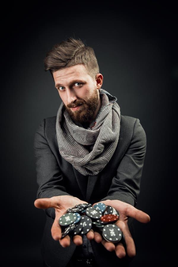 Homem que guarda microplaquetas de pôquer fotografia de stock royalty free