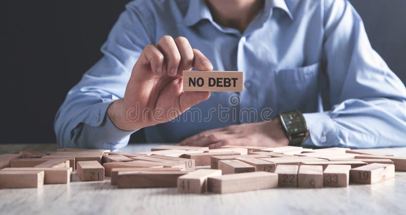 Homem que guarda o bloco de madeira Nenhum d?bito imagem de stock royalty free