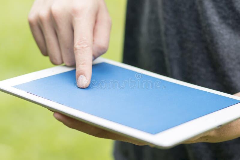 Homem que guarda o close up digital da tabuleta imagens de stock