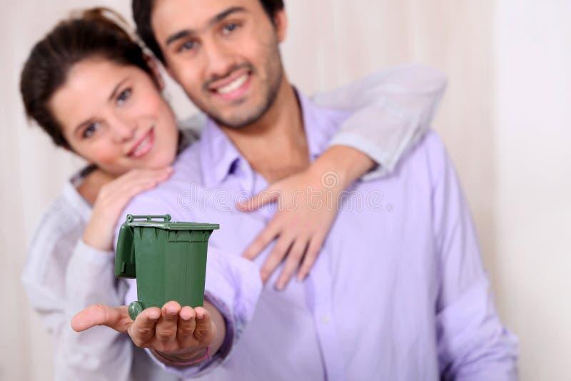 Homem que guarda o escaninho de reciclagem fotografia de stock royalty free
