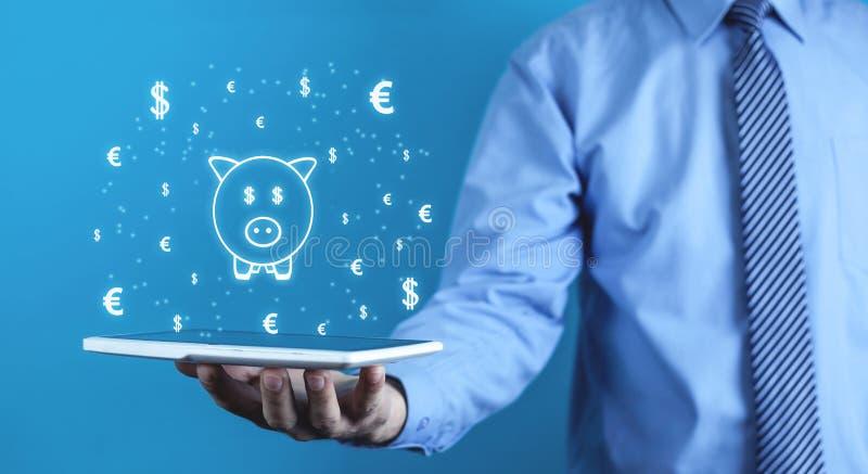 Homem que guarda o mealheiro com símbolos de moeda Conceito do investimento imagem de stock