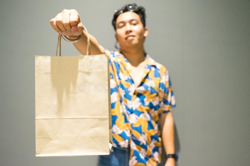 Homem que guarda o saco de compras foto de stock royalty free