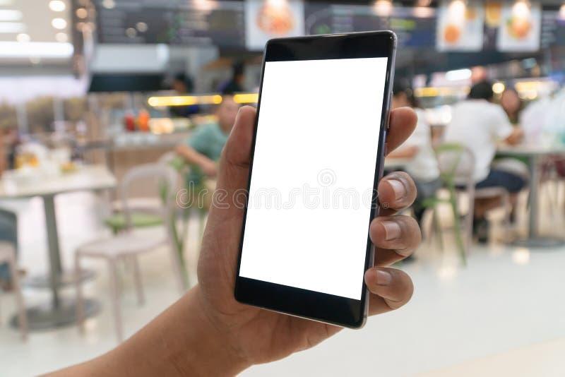 Homem que guarda o smartphone com tela vazia Telefone celular da tela vazia para a montagem da exposição gráfica espaço vazio da  foto de stock
