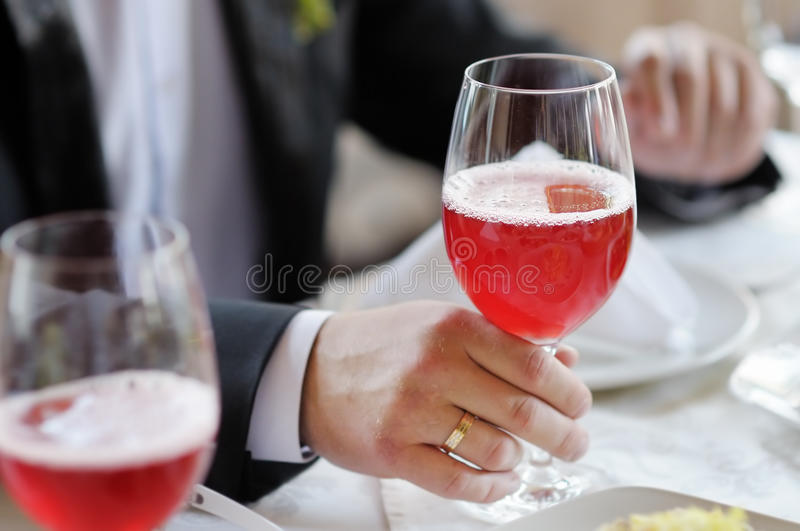 Homem que guarda o vidro de vinho foto de stock
