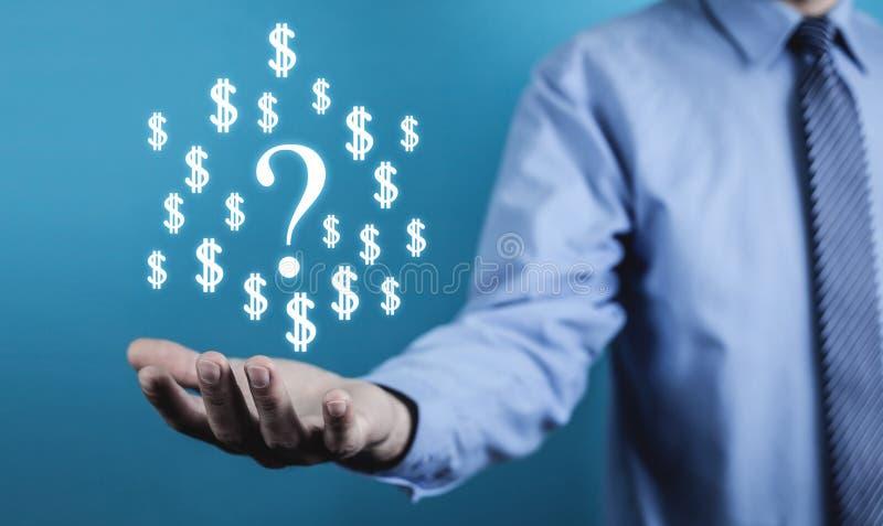 Homem que guarda símbolos do ponto de interrogação e do dólar Conceito do negócio foto de stock royalty free