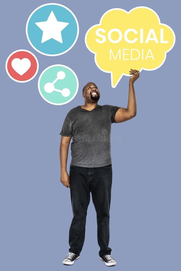 Homem que guarda símbolos sociais dos meios imagem de stock royalty free