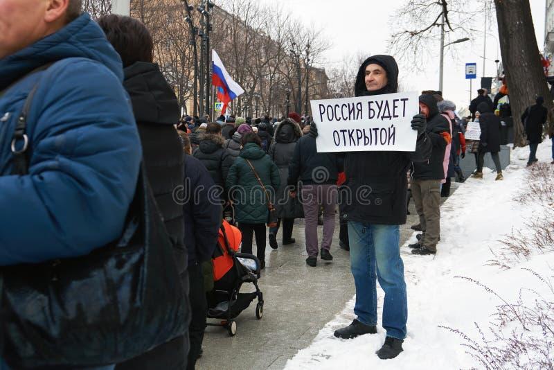 Homem que guarda um cartaz escrito mão com palavras: Rússia estará livre no março da memória de Nemtsov em Moscou fotos de stock royalty free