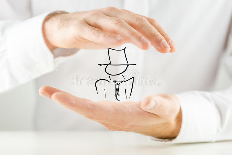Homem que guarda uma figura desenhado à mão imagem de stock