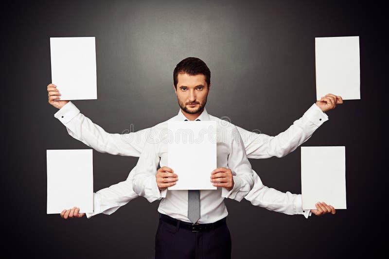 Homem que guardara cinco cartazes vazios brancos fotos de stock