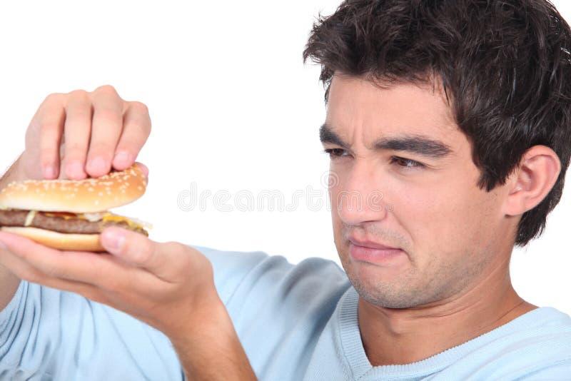 Homem que guardara o cheeseburger fotos de stock royalty free