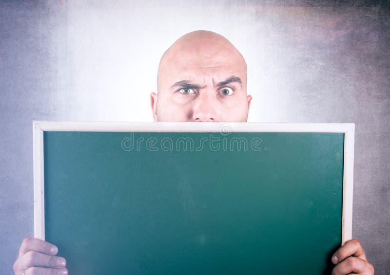 Homem que guardara a placa imagens de stock