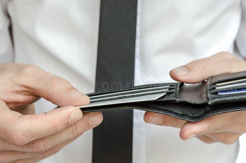 Homem que guardara uma carteira com cartões de crédito fotos de stock