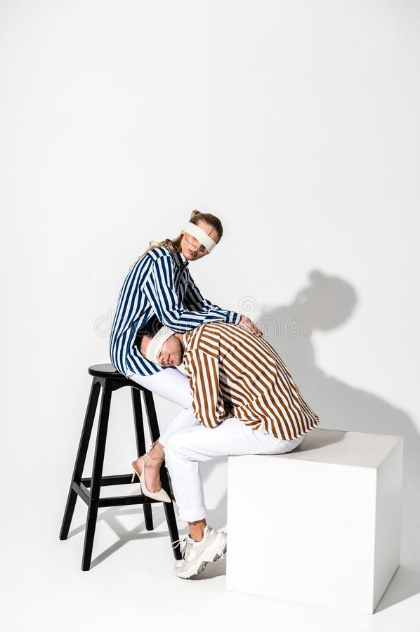 Homem que inclina-se em joelhos de seu colega ao levantar junto fotos de stock